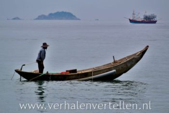 visser in eenvoudige boot